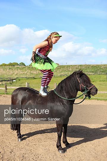 Voltigieren auf dem Pferd - p045m1034348 von Jasmin Sander