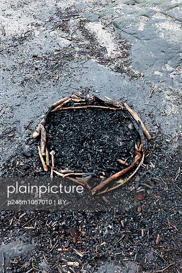 Kalte Feuerstelle - p248m1087010 von BY