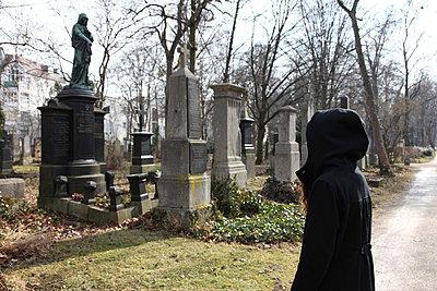 Trauernde auf einem Friedhof, München, Bayern, Deutschland - p473m670402f by STOCK4B-RF