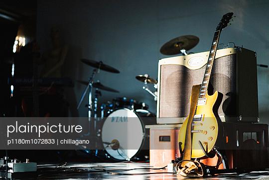Bühnenaufbau vor einem Rockkonzert - p1180m1072833 von chillagano