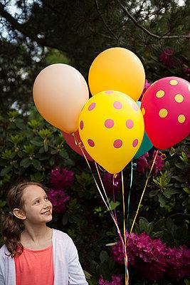 mit Ballons im Park - p045m1461159 von Jasmin Sander