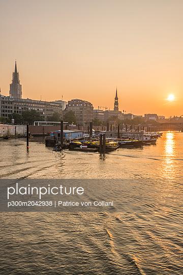 Deutschland, Hamburg, Binnenhafen bei Niederbaumbrücke am Morgen - p300m2042938 von Patrice von Collani