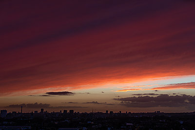 Great Britain, Sunset over London - p1291m2285137 by Marcus Bastel