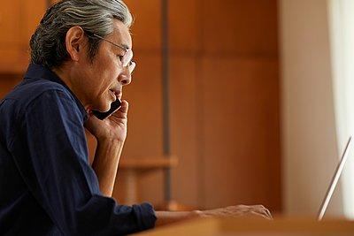Senior Japanese man at home - p307m2135300 by Yosuke Tanaka