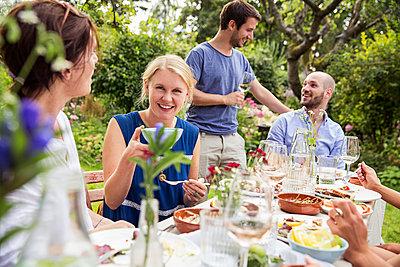 Gemeinsam essen im Garten - p788m1541046 von Lisa Krechting