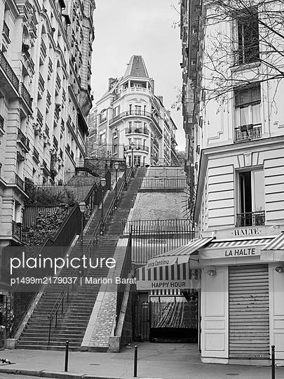 Closed Restaurant in Paris during Covid-19 quarantine - p1499m2179037 by Marion Barat