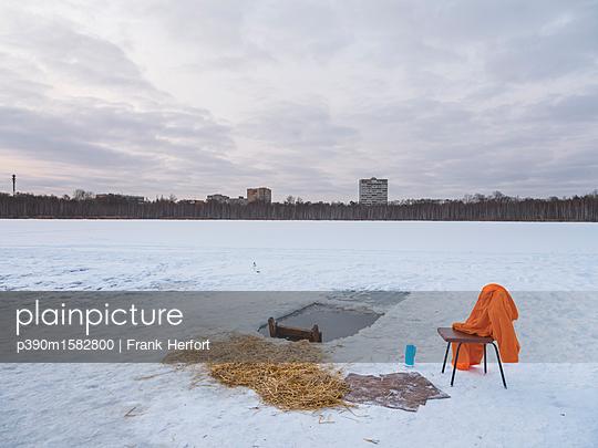 Traditionelles Eisbaden  - p390m1582800 von Frank Herfort