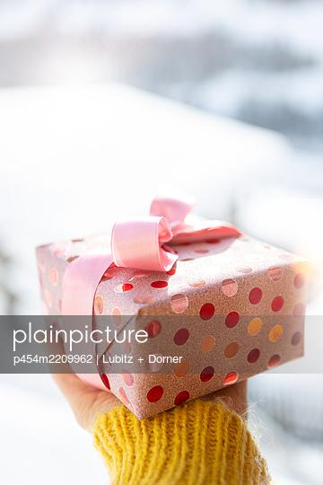 Winterliches Geschenk - p454m2209962 von Lubitz + Dorner