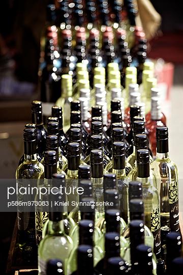 Sortiment an Weinflaschen - p586m973083 von Kniel Synnatzschke