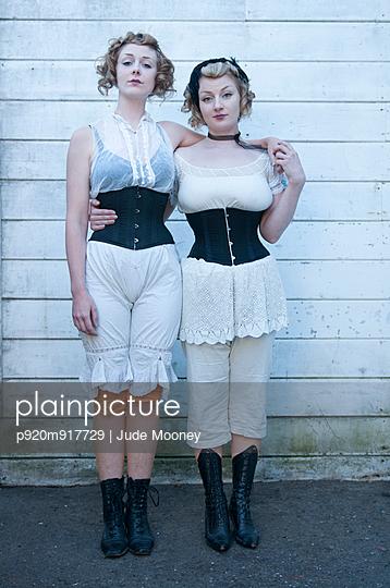 Schwestern im Korsett - p920m917729 von Jude Mooney