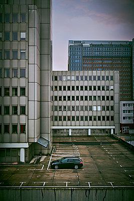 Leeres Parkdeck im Büroviertel - p227m1503291 von Uwe Nölke