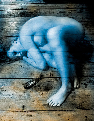 Naked young woman lying on a wooden floor - p34810478 by Ulrika Malm