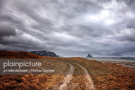 Dramatic sky in barren landscape, Finnmark, Norway - p1168m2205468 by Thomas Günther