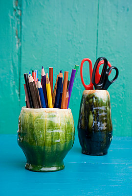 Seventies flower vases storing pencils and scissors - p300m1029076f by Gianna Schade