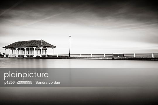Pier in der Nachsaison - p1256m2098995 von Sandra Jordan