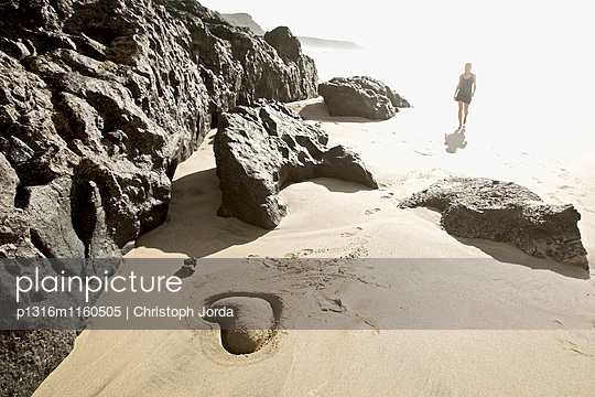 Junge Frau am Strand, Sandherz im Vordergrund, Fuerteventura, Spanien - p1316m1160505 von Christoph Jorda