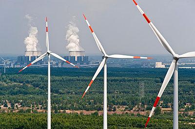 Windkraftanlagen vor Braunkohlekraftwerk Jänschwalde - p1079m1042138 von Ulrich Mertens