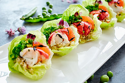 Close up of fresh seafood salad in lettuce cups - p555m1414148 by Trinette Reed