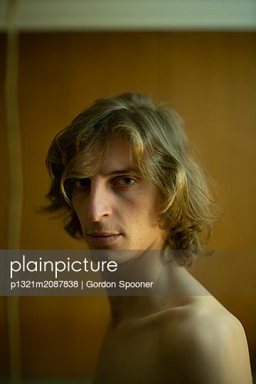 Blond man looking at camera - p1321m2087838 by Gordon Spooner