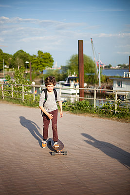 Junge auf Longboard - p1195m1138165 von Kathrin Brunnhofer