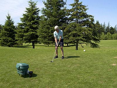 Senioren beim Golf spielen  - p6430240f von senior images RF