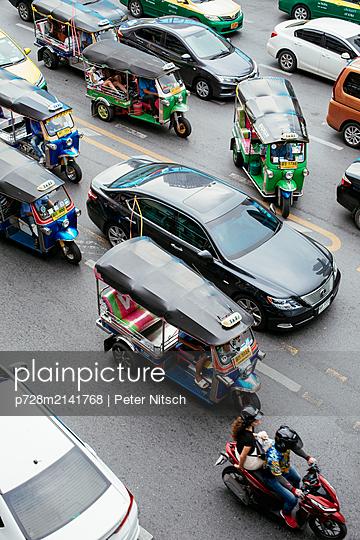 Tuk Tuk im überfüllten Straßenverkehr Bangkoks - p728m2141768 von Peter Nitsch