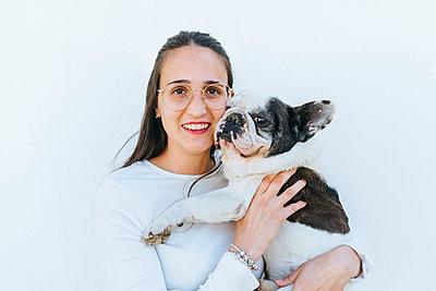 Portrait of woman next to her dog - p300m2012701 by Kiko Jimenez
