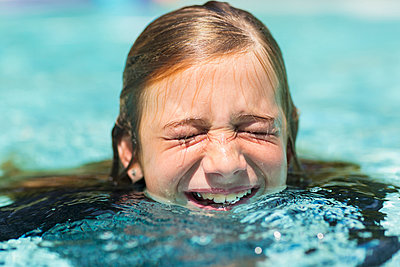 Caucasian girl swimming with eyes closed - p555m1522779 by Marc Romanelli
