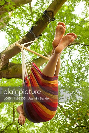 In einer Hängematte am Baum entspannen - p045m1169935 von Jasmin Sander