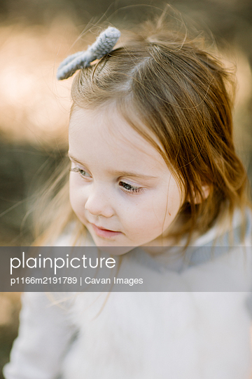 Toddle girl from above, closeup outdoors - p1166m2191789 by Cavan Images