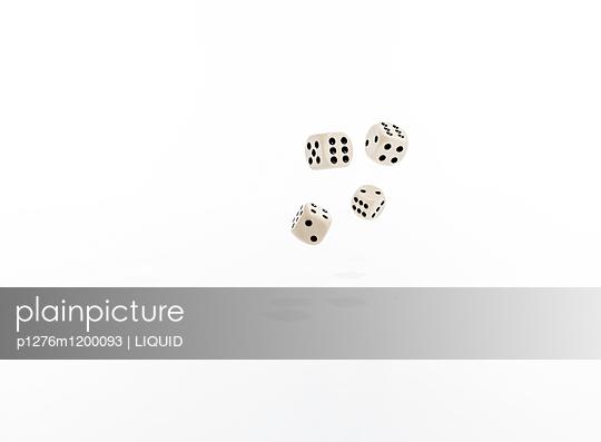Würfel vor weißem Hintergrund - p1276m1200093 von LIQUID