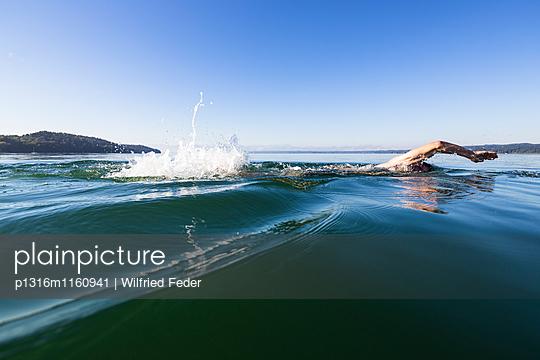Mann schwimmt im Starnberger See, Alpen mit Zugspitze im Morgennebel, Berg, Oberbayern, Bayern, Deutschland - p1316m1160941 von Wilfried Feder