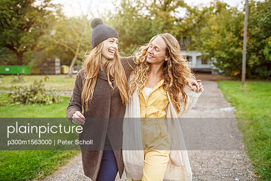 plainpicture - plainpicture p300m1563000 - Two happy women walking in ... - plainpicture/Westend61/Peter Scholl