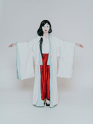 Young woman wearing kimono - p1184m1441213 by brabanski