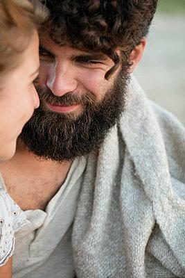 Junges Paar glücklich im Sand - p1212m1168757 von harry + lidy