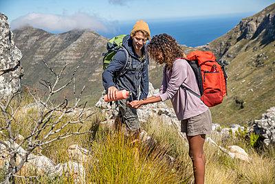 Junges Paar bei einer Wanderung in den Bergen - p1355m1574180 von Tomasrodriguez