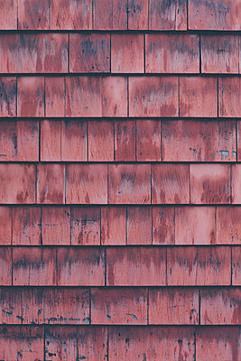 Full frame shot of brown wooden wall - p301m1498557 by Norman Posselt