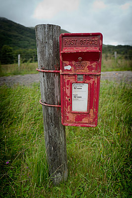 Old English red post box roadside countryside - p609m1219820 by OSKARQ