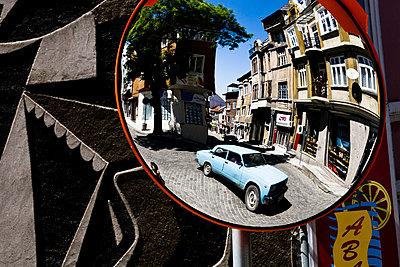 Auto auf einem Platz - p911m945403 von Guillaume Krebs