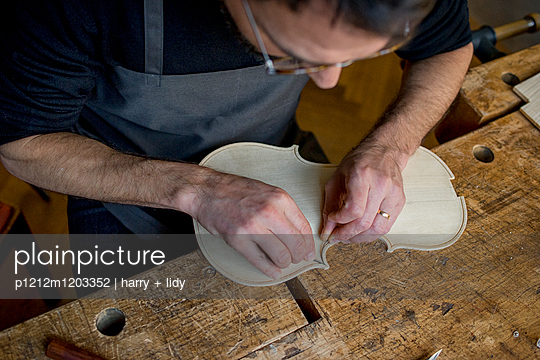 Geigenbau - Draht einlegen in der Geigendecke - p1212m1203352 von harry + lidy