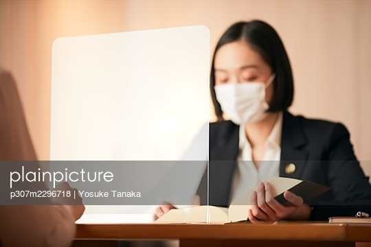Japanese businesspeople working in the office - p307m2296718 by Yosuke Tanaka