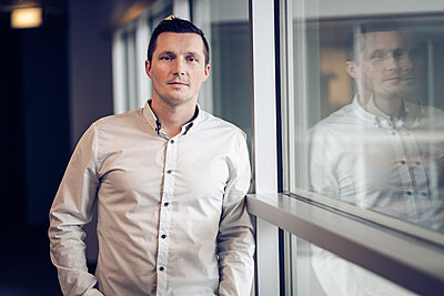Portrait of a young entrepreneur in office environment. - p1166m2095926 by Cavan Images