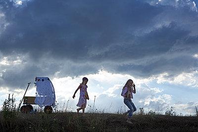 Mädchen mit Bollerwagen - p1348m1503692 von HANDKE + NEU