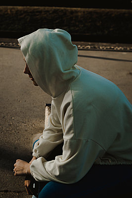 Teenage girl in hooded shirt, side view - p1628m2210747 by Lorraine Fitch