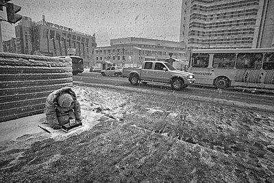 Alte Bettlerin am Straßenrand - p1653m2232298 von Vladimir Proshin