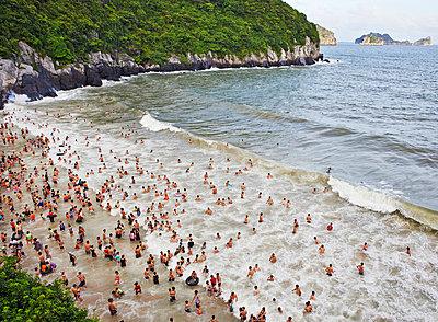 Strandleben in der Ha Long Bay  - p390m1477099 von Frank Herfort