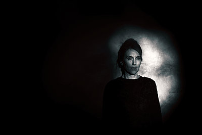Woman in the dark - p945m2157541 by aurelia frey