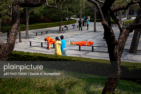 People on a square in a park, Beijing, China - p817m2179090 by Daniel K Schweitzer