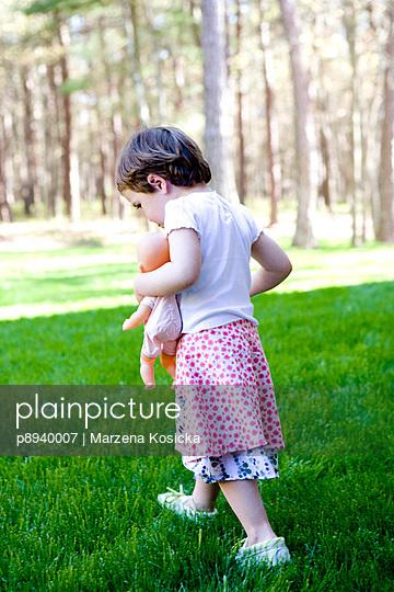 Kleines Mädchen mit Puppe - p8940007 von Marzena Kosicka