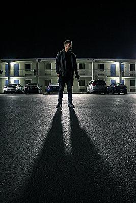 Mann nachts auf einer Straße - p1019m1424633 von Stephen Carroll